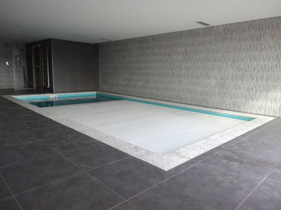 Podhladinové zakrytí bazénu s bílou PVC lamelou
