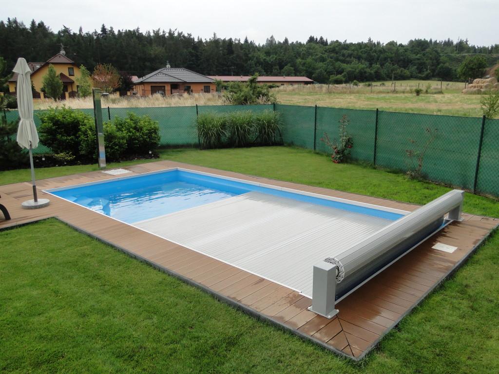Nadhladinové zakrytí bazénu šedou PVC lamelou