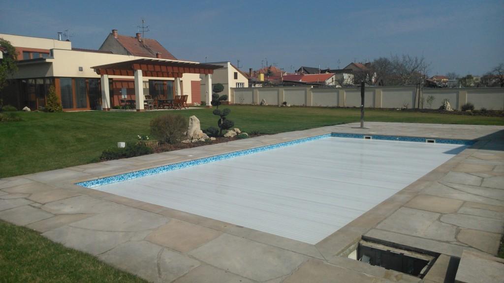 Venkovní bazén s navíjením pod hladinu.