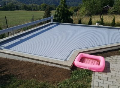 Navíjení na dlouhé straně bazénu.
