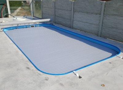 Pro bazén s oblými rohy použité navíjení BASIC s pojezdem na kolejnicích.