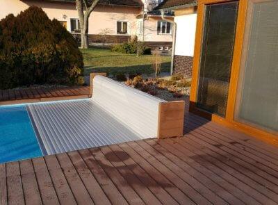 Provedení nadvodního navíjení bazénové rolety s bočnicemi s výplní terasovými deskami.