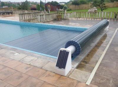 Navíjecí systém se solárním napájením a polykarbonátovými solárními lamelami pro ohřev vody.