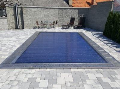 Nerezový bazén s polykarbonátovými solárními lamelami.