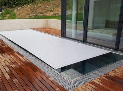 Nerez bazén s PVC šedými lamelami.