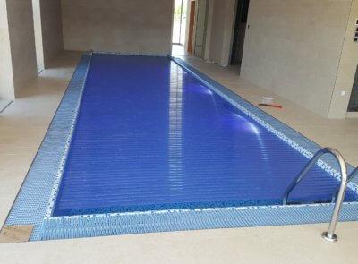 Transparentní PVC lamely jsou zabarveny do modrého odstínu.
