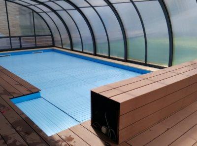 Kryt nábalu s obložením dřevoplastovými deskami ve shodném provedení jako terasa okolo bazénu.
