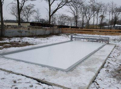 Zimní zátiší s lávkou. Bazén je v provozu téměř celý rok.