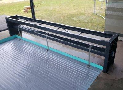 Holá konstrukce lávky, kterou si obloží klient společně s realizací terasy okolo bazénu